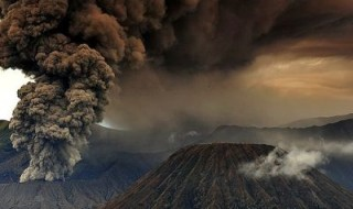 The volcanology agency has declared a 6 km dangerous zone from the crater